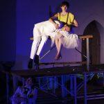 """Die Schauspieler Jan Gugel und Lioba Biehler in """"Peer Gynt"""" des Sommertheaters Dessau-Rosslau auf der Wasserburg Rosslau"""
