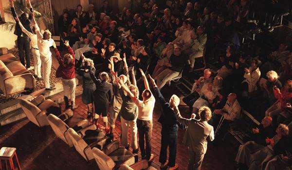 """Applaus nach der Aufführung von """"Was ihr Wollt"""" des Sommertheater Dessau-Rosslau mit Publikum"""
