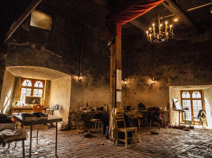 Die Umkleide des Sommertheaters Dessau-Rosslau im Kaminzimmer der Burg Roßlau