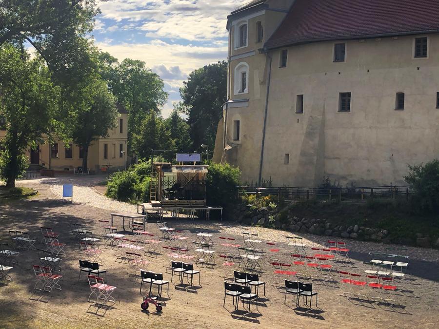 Foto des Publikumsbereich der Wasserburg Dessau-Roßlau des Burgtheatersommers Roßlau.