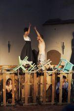 """Die Schauspieler Lioba Biehler, Jan Gugel, Stephan Sitaras, Marian Schäfer in """"Peer Gynt"""" des Sommertheaters Dessau-Rosslau auf der Wasserburg Rosslau"""